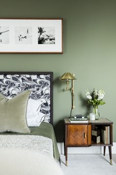 Ein buntes Penthouse in Londons Soho - Heart Home - Salbeigrünes Schlafzimmer - Sage Green Bedroom, Green Bedroom Walls, Sage Green Walls, Bedroom Wall Colors, Green Rooms, Bedroom Ideas, Bedroom Interior Colour, Green Bedroom Colors, Green Bedroom Decor