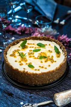 Vit chokladcheesecake med passionsfrukt Best Dessert Recipes, Fun Desserts, Sweet Recipes, Cake Recipes, Bagan, Good Food, Yummy Food, Just Bake, Swedish Recipes