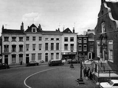 De westzijde van de Grote Markt, rechts de voorgevel en het bordes van het Stadhuis. Derde pand van links kwam later Tosca Balm ballet school.  1974