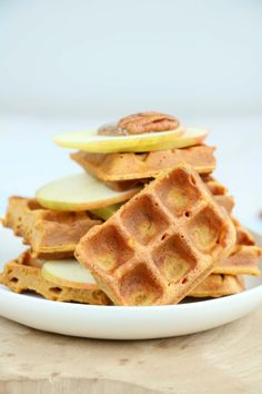 Zoete aardappel wafels met een pecannoten pasta. Iedereen kan dit recept maken, lees snel verder op de blog #zoeteaardappel Vegetarian Recipes, Healthy Recipes, Healthy Food, Healthy Breakfast Smoothies, Clean Recipes, Finger Foods, Waffles, Pancakes, Bakery