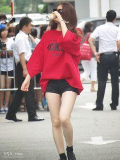 Krystal f(x) : Photo Kpop Fashion, Daily Fashion, Korean Fashion, Womens Fashion, Airport Fashion, Street Fashion, Kpop Outfits, Girl Outfits, Holly Willoughby Style