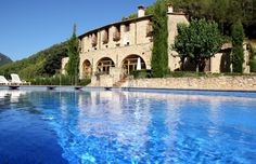 Can Mas Albanyà es un conjunto rural (una antigua masía catalana, perfectamente restaurada, que data del siglo XIII) situado en la provincia de Girona, en un lugar natural privilegiado: el valle del río Muga, entre los pintorescos y bien conservados