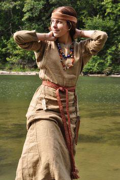Slavic girl, wearing Novgorod Slovene temple rings (X-XII century) THis underdress color is beautiful Viking Garb, Viking Dress, Viking Reenactment, Viking Costume, Medieval Costume, Medieval Dress, Folk Costume, Viking Clothing, Folk Clothing