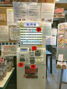 Al ristorante in Giappone usa la macchina per ordinazioni