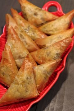 Chamuças no Forno Veggie Recipes, Indian Food Recipes, Food Gallery, Puff Pastry Recipes, Xmas Food, Exotic Food, Portuguese Recipes, Easy Cooking, Baking Business