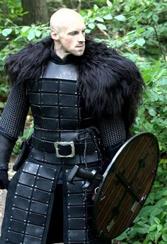 Male warrior with wooden shield and padded armour LRP/ cosplay inspiration for fantasy setting Larp, Armadura Medieval, Armor Clothing, Medieval Clothing, Arm Armor, Body Armor, Medieval Armor, Medieval Fantasy, Fantasy Costumes