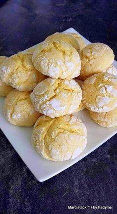 Des biscuits craquelés au citron et fondants à souhait autrement appelés Ghoriba au citron French Desserts, Köstliche Desserts, Dessert Recipes, Cooking Chef, Cooking Recipes, Biscuits Fondants, Mantecaditos, Biscuit Cookies, Happy Foods