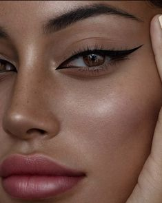 eyeshadow makeup Atemberaubende Make-up fr braune Augen - Tutorial, Tipps amp; Ideen Atemberaubende Make-up fr braune Augen - Tutorial, Tipps amp; Makeup Eye Looks, Eyeliner Looks, Skin Makeup, Eyeshadow Makeup, Makeup Monolid, Cat Eye Eyeliner, Eyeliner Ideas, Pretty Makeup Looks, Simple Makeup Looks