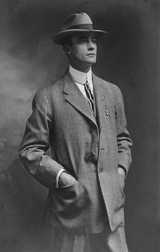 Vintage Male Fashion: This image represents the because the man is wearing looser fitting pants,and has a fedora style hat.Also he has a taller/wider shirt collar. Vintage Men, Vintage Gentleman, Vintage Prom, 1920s Suits, 1920s Mens Hats, Portraits Victoriens, Retro Fashion, Vintage Fashion, Men's Fashion