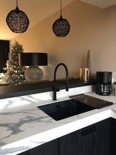 Discover recipes, home ideas, style inspiration and other ideas to try. Cottage Kitchen Cabinets, Small Cottage Kitchen, Kitchen Taps, Kitchen Cabinet Design, Kitchen Backsplash, Modern Farmhouse Kitchens, Farmhouse Kitchen Decor, Semarang, Layout Design