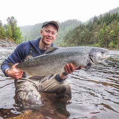 The trip went to Mandal river June 2nd. That choice would prove to be a good one! After catching a nice fish about 5kg in the morning, this big salmon took my fly and went downstream 🎣 10kg of silvery muscle 👊 What a fight!  The fishing is on fire 🔥🔥 #flyfishing #fly #fishing #atlantic #salmon #norway #river #awesome #beautiful #nature #big #fish #good #moment #cool #passion #happy #holiday #simmsfishing #visitnorway #summer #2017 #sageflyfish #mandalselva #laksefiske #fluefiske #fiske…