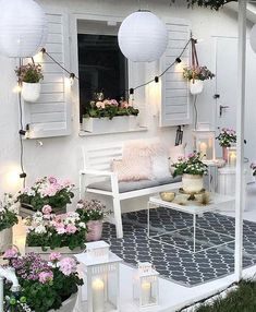 The balcony is a corner of fresh air. So, give it a better look with these Genius Small Balcony Makeover Inspirations to Spruce Up your Spaces. Diy Patio, Backyard Patio, Bonus Room Decorating, Outdoor Spaces, Outdoor Living, Patio Design, House Design, Patio Plans, Balkon Design