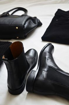 on how to wear my new Chelsea boots. All-in-black outfit. November on how to wear my new Chelsea boots. All-in-black outfit. Look Fashion, Fashion Shoes, Winter Fashion, High Fashion, Fashion Dresses, Moda Casual, All Black Outfit, All Black Everything, Mode Vintage