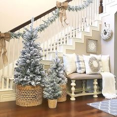 Christmas Staircase Decoration Ideas that'll Make your Home Look Like Winter Wonderland - Hike n Dip Christmas Staircase decoration ideas are here. From staircase to railings to below the staircase to Christmas Entryway decor ideas are here. Christmas Entryway, Decoration Christmas, Farmhouse Christmas Decor, Country Christmas, Christmas Tree Decorations, Holiday Decor, Christmas Decorating Ideas, Flocked Christmas Trees Decorated, Flocked Garland