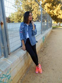 Blogger, fashion, fall, outfit, look, streetstyle, girl, black pants, oversize denim jacket, orange sneakers, inspiration