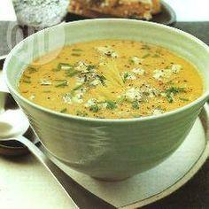 Zdjęcie do przepisu: Zupa z czerwonej soczewicy i selera naciowego z serem i szczypiorkiem