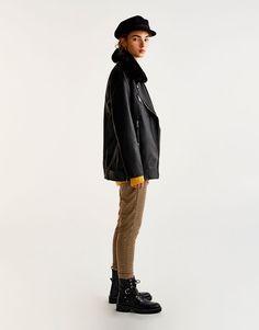 Объемная куртка из искусственной кожи с меховым воротником - Пальто и куртки - Одежда - Для Женщин - PULL&BEAR Российская Федерация