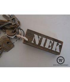 Stoere houten sleutelhangers met naam, letter of afbeeldingStoer aan je sleutelbos of als tashanger aan de tas van de kids. Kijk voor meer sleutelhangers en bijzondere cadeaus bij Wis en Waarachtig.