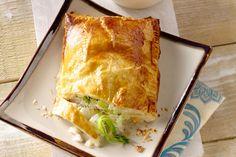 Een originele manier om vis te serveren, deze kabeljauw in bladerdeeg, met courgette en prei bij, afgewerkt met een lekker bieslooksausje.