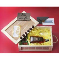 Un #regalodeamor, disponible con whisky #somethingspecial, acompañado de #chocolates, vasos para whisky y un empaque en madera tipo guacal. Disponible en el ecommerce de La Confitería. Whisky, Chocolates, Gift Wrapping, Gifts, Vases, Love Gifts, Packing, Personalized Gifts, Friendship