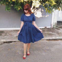 Vestido rodado midi de poá marinho. Vestido Bolinha de Sabão. www.andreiabrondistore.com.br  Vestido de poá, midi.  #retrô #ladylike #midi