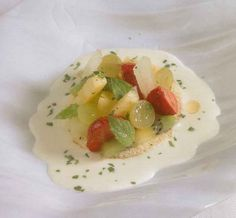 Bizcocho ligero con frutas asadas y sopa de chocolate blanco