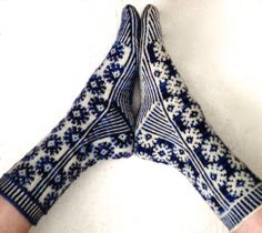 Ravelry: Starry Starry Night Socks pattern by Suzanne Bryan Currently available in English, Norwegian, Brazilian Portuguese, French and German. Fair Isle Knitting, Knitting Socks, Hand Knitting, Knit Socks, Norwegian Knitting, Patterned Socks, Designer Socks, Knitting Accessories, Knitting Patterns