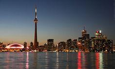 Toronto es la capital de la provincia de Ontario y, con una población de 2 615 060 habitantes, es la ciudad más grande de Canadá, además del centro financiero de dicho país.
