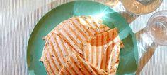 Quesadilla's met gedroogde ham, rode ui en Gruyère