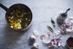 Det nemt, lækkert og slet ikke til at undvære, når man har prøvet. Det mener madblogger Camilla Drost fra Atelier Ea om confiterede hvidløg. Ser her, hvordan du selv kommer i gang.