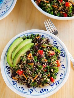 Kale and Quinoa Salad with Black Beans and avocado is not only low in calories but good for your skin with vitamin C, vitamin A, calcium, protein, and naicin to clear blotchy skin, increase cell turnover and more. www.swisshealthmed.de