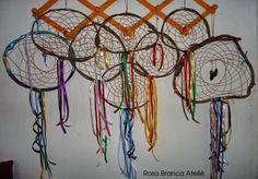 Filtros dos sonhos com cipó e fitas Dream Catcher, Home Decor, Dream Catchers, Arts And Crafts, Ribbons, Dreamcatchers, Decoration Home, Room Decor, Home Interior Design