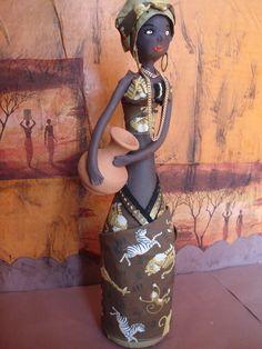 Boneca africana feita a partir do aproveitamento de garrafa de vidro. Ideal para a decoração do seu ambiente ou locais e eventos temáticos africanos.