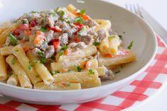 I sedani lisci con salsiccia, peperoni e panna sono un primo piatto gustoso e dal sapore coinvolgente. Ecco la ricetta ed alcuni consigli utili