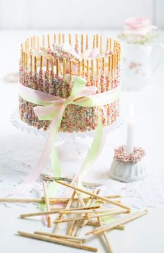 Mikado-Perlipop-Charlotte - Lisbeths One of my youngest neighbors is at the door. Naked Cakes, Pistachio Cake, Bowl Cake, Cake & Co, Food Decoration, Novelty Cakes, Cake Decorating Tips, Drip Cakes, Fancy Cakes