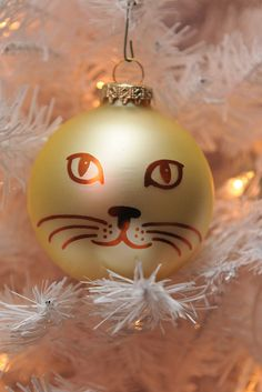 Cat Ornament- so simple, but so cute! Would love to do this for each of my cats, with the ornaments being the same color(s) as them- could get interesting with a tortie! LOL Then add names to the back...