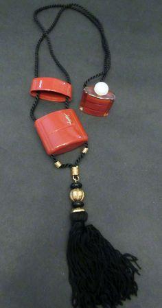 Yves Saint Laurent - Collier Pendentif avec Pompon Passementerie - Parfum Opium - Années 70