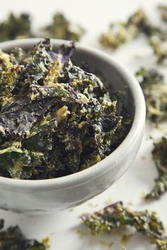 Crave-worthy Cool Ranch Chips you can feel good about eating! Super healthy kale coated in an addictively good-for-you, herby-y cashew cheese sauce. Kale Chip Recipes, Raw Food Recipes, Snack Recipes, Vegan Snacks, Healthy Snacks, Ranch Dressing Ingredients, Vegan Ranch, Super Greens, Side Dishes