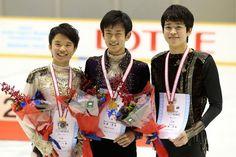 左から2位の友野一希/Kazuki Tomono、優勝した山本草太/Sota Yamamoto、3位の宮田大地/Daichi Miyata ||【坂本清全日本ジュニア・第2日|フォトギャラリー|フィギュアスケート|スポーツナビ