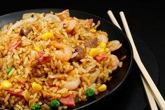 Préparation : 1. Faites cuire le riz en suivant les indications de l'emballage, puis laissez le refroidir quelques heures. 2. Décortiquez les crevettes et faites les mariner dans un grand bol…