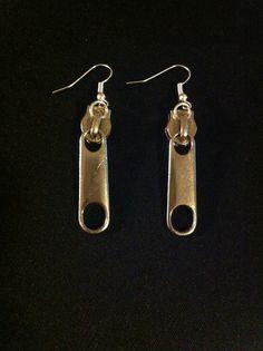 Boucle d'oreille fermeture éclair argenté Jewelry Crafts, Handmade Jewelry, Zipper Crafts, Zipper Jewelry, Nespresso, Etsy, Drop Earrings, Vintage, Style