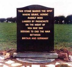 """Gedenkstein mit folgender Inschrift: """"Dieser Stein markiert die Stelle, wo der tapfere, heroische Rudolf Hess in der Nacht des 10. Mai 1941 mit dem Fallschirm landete, bei dem Versuch, den Krieg zw..."""