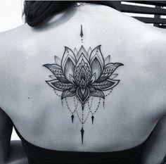 Tatuagem preto e cinzento de Lotus de Dotwork.