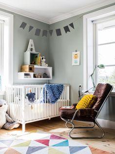 Ett lekfullt, personligt och detaljrikt barnrum fyllt av DIY, vackra textilier och annorlunda förvaringslösningar. Välkommen hem till @frunordstrom! #kidsroom #barnrum #kidsinterior #chunkyknits #vintage
