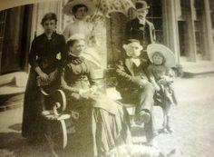 Camille (in abito scuro) in una foto del 1886 assieme alla famiglia della scultrice Amy Singer.