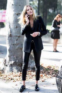 Look total black com blazer, calça skinny e oxford preto