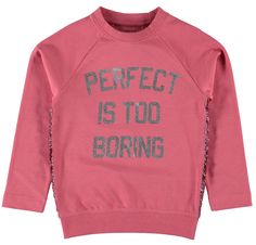 Roze meisjes sweater NITJUBE van het kinderkleding merk Name-it  Meisjes sweater in de kleur rapture rose met een lange mouw en een ronde hals. Met een zilveren tekst : perfect is too boring De sweater is afgewerkt aan de zijkanten met een roze glitter strook