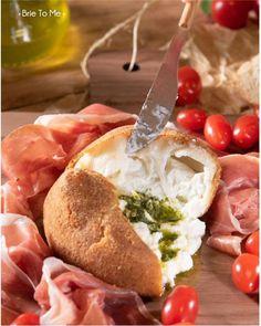 Já deu pra perceber que depois do queijo Brie a Burrata tem lugar cativo no nosso né? A nossa BURRATA ALLA MILANESE é tudo de bom: queijo italiano fresco envolto numa casquinha crocante com recheio macio e super derretido por dentro. E pra finalizar perfeitinho acompanha molho pesto tomatinhos cereja e pães! Peça a sua clicando no link da Bio! #BrieToMe #burratalovers #burratagram #tabuacaprese #burrataencroute #grazingfood #manaus Grazing Food, Fresco, Camembert Cheese, Dairy, Link, Cherry Tomatoes, Stuffing, Mop Sauce, Italian Cheese