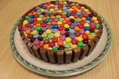 Torta smarties e kit kat. Torta Kit Kat, Cake Recipes, Dessert Recipes, Desserts, Kit Kat Candy, Candy Cakes, Mouth Watering Food, Cake Decorating Tips, Chocolate