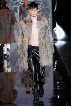 Versace Menswear Fall 2013 Versace Men, Milan Men's Fashion Week, Fashion Mag, Fur Fashion, Leather Fashion, Fashion Photo, Male Fashion, High Fashion, Lightbox